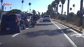 Tài xế xe máy đạp ô tô nhận cái kết đau đớn
