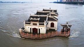 Chùa thờ Đức Quan Âm đứng kiên cường giữa sông, vượt mưa lũ qua 7 thế kỷ
