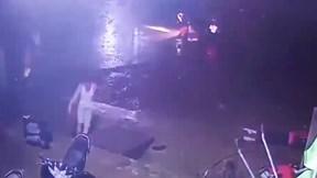 Clip xe tải làm đứt cáp khiến điện giật chết 2 học sinh