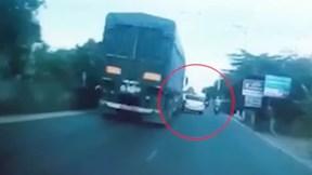 Vượt ẩu trước đầu xe container, xe con bị húc bay lên dải phân cách