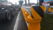 Dàn hộ lan bánh xoay vàng rực chống lật xe đầu tiên ở Sài Gòn