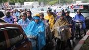Dân Hà Nội vượt ải ma trận tắc đường, bì bõm đi làm ngày mưa