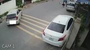 Quên kéo phanh tay, nữ tài xế để ô tô trôi tự do trên phố