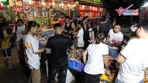 Hết Trung Thu, dân Hà Nội đổ xô đi mua bánh trung thu đại hạ giá