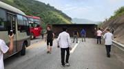 Xe chở quặng nổ lốp lật ngang giữa cao tốc  Hà Nội - Lào cai