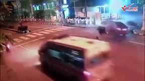Xe máy phóng tốc độ kinh hoàng, đâm thẳng vào ô tô