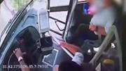 Mải đeo tai nghe để nghe nhạc, tài xế xe buýt gây tai nạn nghiêm trọng