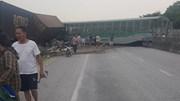 Xe tải vượt đường sắt, tàu hỏa chở hàng đứt khúc la liệt ở Nghệ An