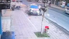 Taxi 'điên' lao thẳng vào 2 phụ nữ đang dắt xe đạp trên đường