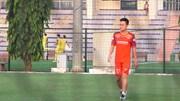 Võ Huy Toàn lặng lẽ đi bộ, nhìn đồng đội tập luyện vì rách cơ đùi