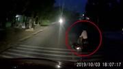 Tài xế container phanh 'cháy đường' tránh người phụ nữ sang đường bất ngờ