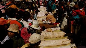 Lễ hội đào mộ ở Madagascar: Vui hơn, đông hơn, to hơn cả đám cưới
