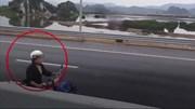 Người phụ nữ đi xe máy ngược chiều trên cao tốc Hạ Long – Hải Phòng