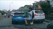 Khách tây đi xe ôm công nghệ nhổ nước bọt khiêu khích người đi đường