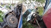 Phú Thọ: Xe tải bị tàu tông văng, 3 người thoát chết