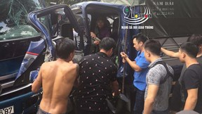 Hàng chục người lao vào phá cửa cứu tài xế xe tải đang mắc kẹt trong cabin