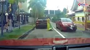 Bé trai may mắn thoát chết khi bị ô tô đâm qua người