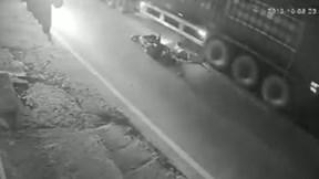 Vượt ẩu qua xe container, nam thanh niên bị cán tử vong