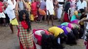 Phụ nữ Ấn Độ xếp hàng, quỳ đợi đến lượt được nhận đòn roi tẩy uế