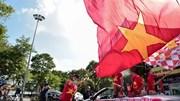 CĐV cờ hoa diễu hành cổ vũ Việt Nam đấu Malaysia