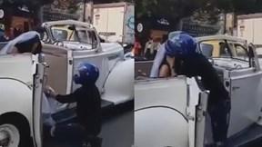Nam thanh niên bất ngờ chặn xe, quỳ gối xin cô dâu đừng đi lấy chồng