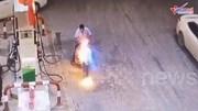 Vừa đổ xăng xong, xe máy bỗng nhiên bốc cháy