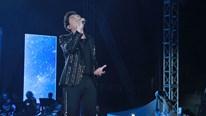 Trấn Thành khoe giọng hát 'khủng' cùng Khắc Việt bất chấp trời mưa