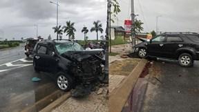 Ô tô 7 chỗ bất ngờ mất lái, lao thẳng cột đèn khiến nhiều người hoảng loạn