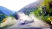 Tảng đá khổng lồ từ trên núi bất ngờ rơi trúng ô tô đang chạy