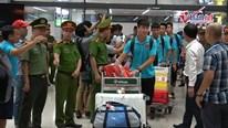 Trở về sau đại thắng Indonesia, tuyển Việt Nam bị quây kín ở sân bay