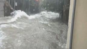 Mưa lớn ở Nghệ An, nước chảy cuồn cuộn như sóng trên đường