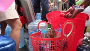 Nước sạch nhỏ giọt, dân chung cư cao cấp xếp hàng chờ múc từng gáo