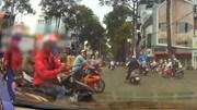 Tài xế xe công nghệ để khách đứng giữa đường, cầm gậy 3 khúc 'dằn mặt' ô tô