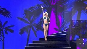Khán giả ngán ngẩm màn catwalk 'làm lố' quá đà của Hoa hậu Latvia