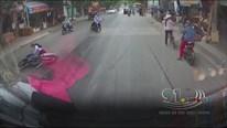 Hai thanh niên đi xe máy bị trượt bánh ngã nhào vì vệt dầu loang trên đường
