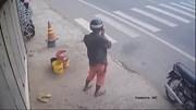 Người đàn ông đi xe máy vờ nghe điện thoại rồi bất ngờ trộm… đôi dép tổ ong