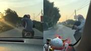 Xe máy tạt đầu, khiêu khích tài xế ô tô trên cả đoạn đường dài