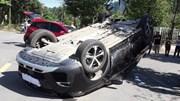 Xe Kia Morning húc xe Peugeot 'phơi bụng' giữa ngã tư