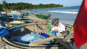 Ngư dân làng chài cổ Nam Ô vật vờ đi thúng bám biển