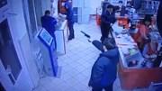 Mang súng đồ chơi đi cướp bị khách hàng trong siêu thị tóm gọn