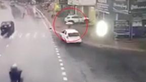 Ô tô leo lên vỉa hè, rồi bất ngờ đâm cô gái tử vong