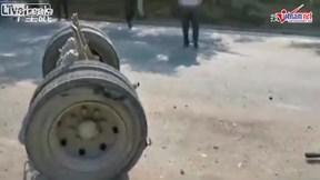 Xe khách đang chạy bất ngờ gãy trục, văng hết bánh xe ra đường