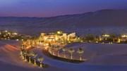 Khách sạn trải dài 7km giữa sa mạc đỏ, xe điện nườm nượp đưa đón khách