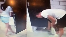 Người đàn ông liên tục quay lén cô gái thử quần áo trong phòng thay đồ