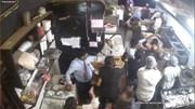 Cả nhóm khách lao vào bếp tấn công nhân viên, đập phá nhà hàng vì chờ lâu