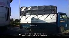 Vượt không dứt khoát, ô tô 4 chỗ rơi đúng điểm mù xe container