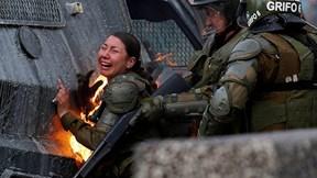 Nữ đặc nhiệm Chile bị ném bom xăng, gào thét đau đớn