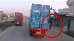 Tạt đầu container, nam thanh niên lao thẳng dải phân cách