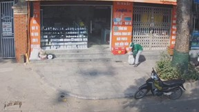 Tài xế xe công nghệ nghi trộm bao gạo của người bán hàng rong vỉa hè