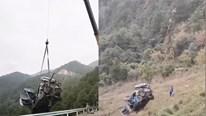 Tài xế may mắn sống sót khi xe taxi lao xuống vách đá cao 100m